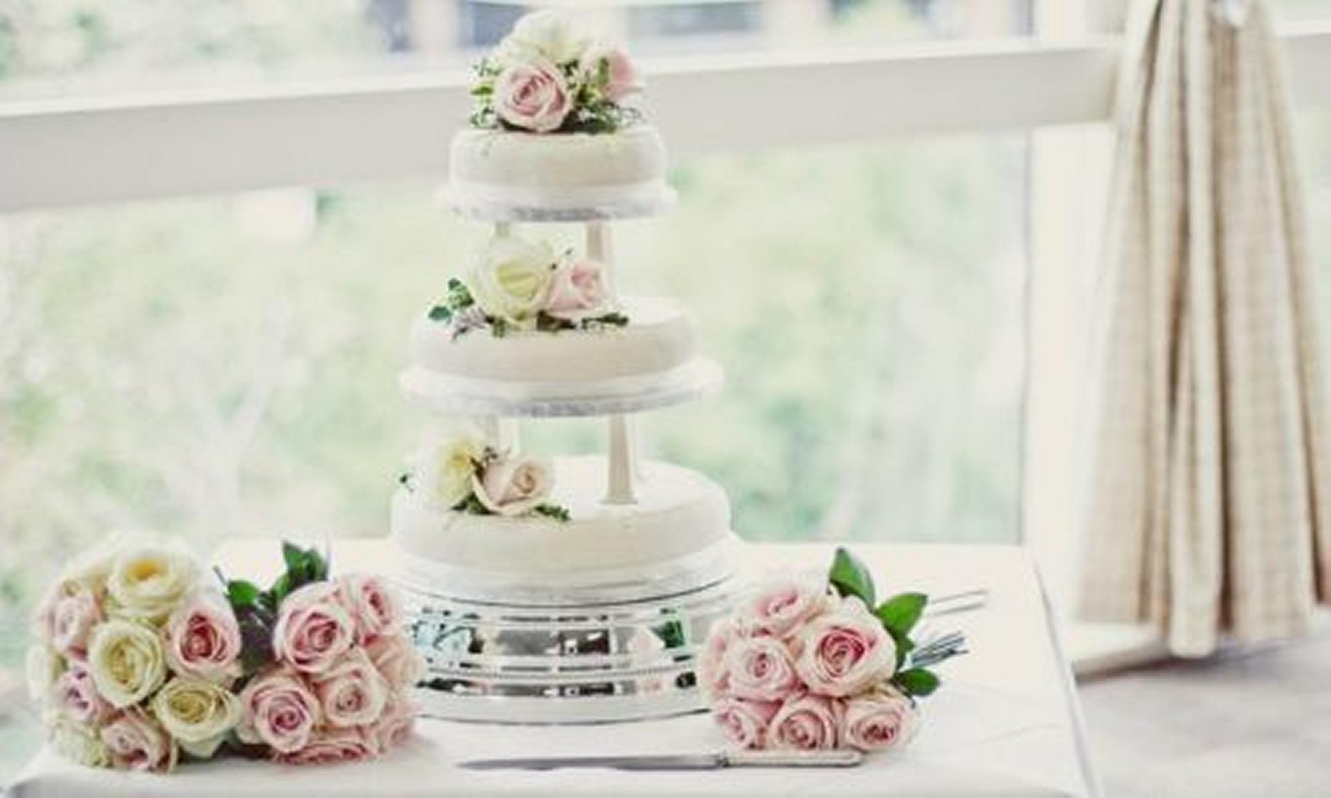 Modern wedding cakes for the holiday: Wedding cakes prices southampton