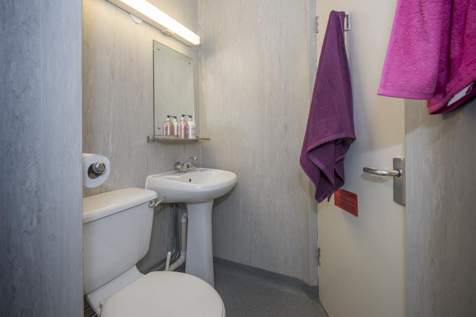 An example of an en suite category 1 bathroom. En suite category 1   University of Southampton